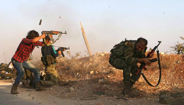 Combatientes del Ejército Libre Sirio, luchando contra Dáesh en Dabiq, Alepo.