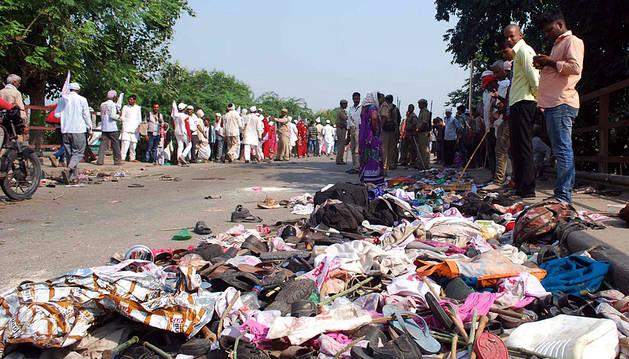Pertenencias de las víctimas cerca del lugar donde tuvo lugar la avalancha en Varanasi.