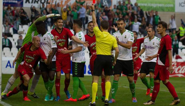 Momento en el que el colegiado Palencia Caballero muestra la tarjeta roja a Delgado tras cometer el penalti con el que el Racing de Santander empató el partido.