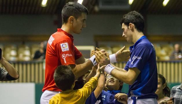 Mikel Urrutikoetxea saluda a Jokin Altuna al término del partido de ayer en el Astelena.