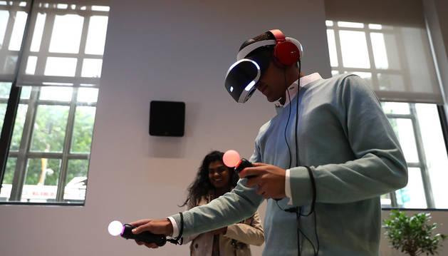 Una persona prueba el casco de Playstation VR.