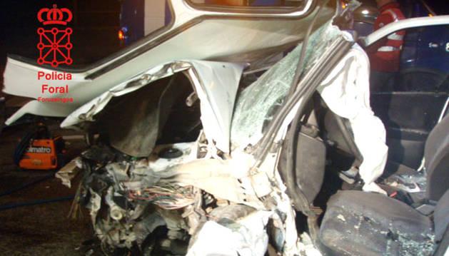 Imagen del estado en el que quedó el vehículo accidentado en la N-121.