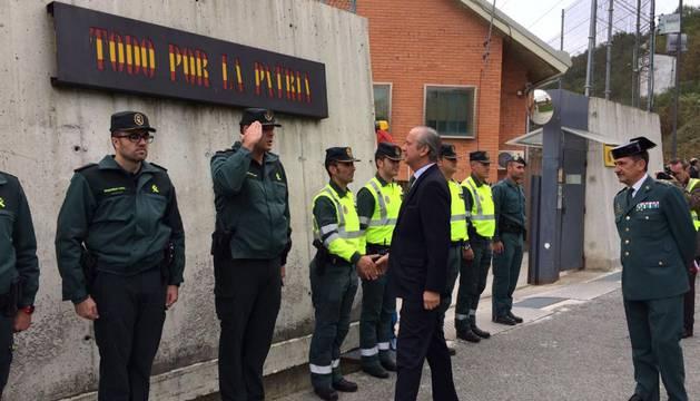 El director general de la Guarda Civil, Arsenio Fernández de Mesa, visita el cuartel de Alsasua.