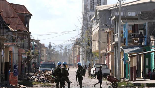 Imagen de varios cascos azules en Les Cayes, Haití, durante la visita del secretario general de la ONU, Ban Ki Moon.
