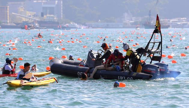 Uno de los nadadores que fueron rescatados en la competición.