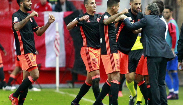 Mario Suárez celebra su segundo gol ante el Sporting con el entrenador Claudio Cesar Prandelli.