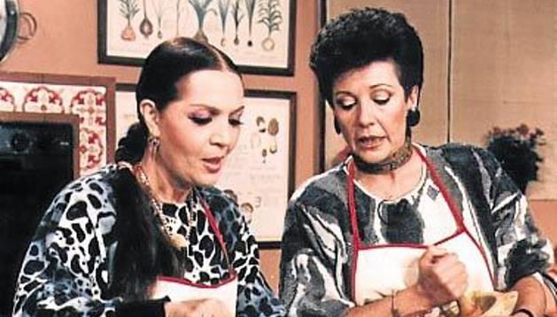 Foto de Santoja cocinando con Sara Montiel