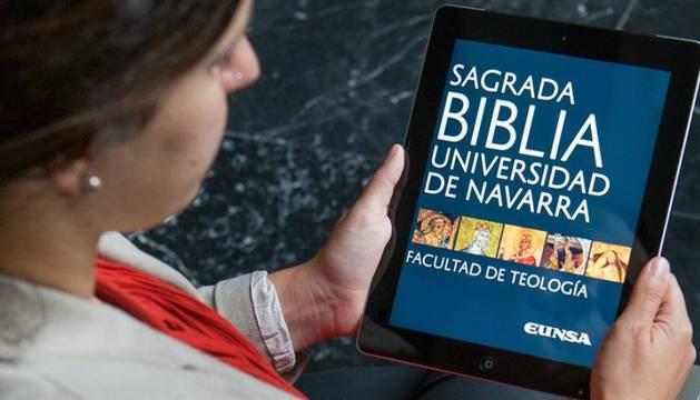 Imagen de una mujer leyendo la Biblia digital en su tablet.