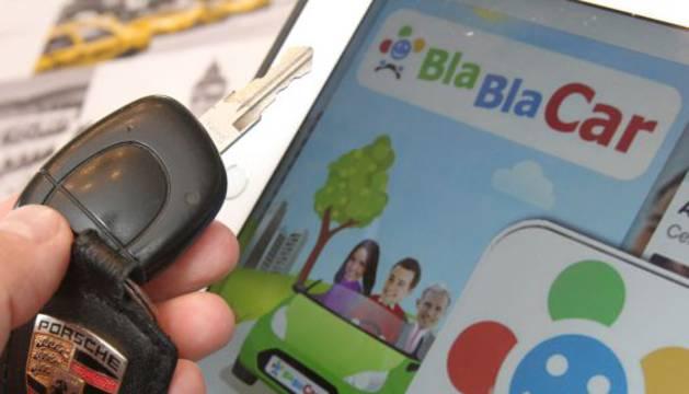 Un internauta consulta la web de BlaBlaCar.