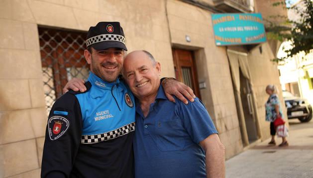 Alberto Tomás y José Luis Aragón sonríen juntos en el lugar en el que a Aragón se le paró el corazón.