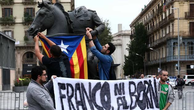 Foto de los miembros de la JERC protestan ante la exposición temporal 'Franco, Victoria, República. Impunidad y espacio urbano'.