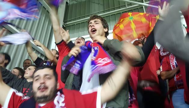 Aficionados de Osasuna celebran uno de los goles.