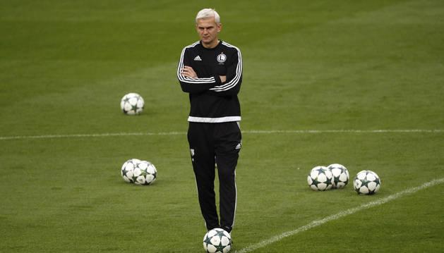 Imagen del entrenador del Legia de Varsovia Jacek Magiera durante el entrenamiento llevado a cabo esta tarde en el estadio Santiago Bernabéu.