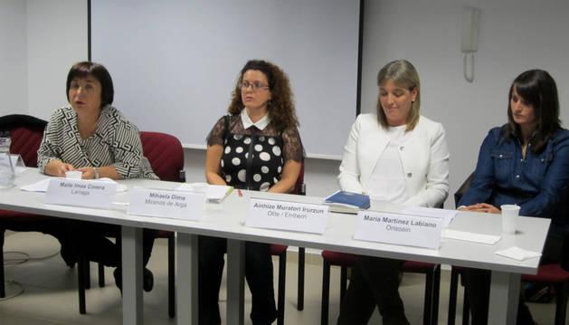 Desde la izda., Maite Imas Corera, Mihaela Dima, Ainhize Murateri Irurzun y María Martínez Labiano. Estas cuatro mujeres compartieron la mesa de experiencias que puso el broche final a la jornada.