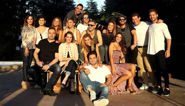 Los 16 concursantes de la primera edición de Operación Triunfo, posando juntos en el reencuentro.