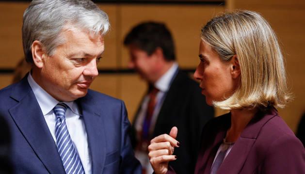 El ministro belga de Exteriores, Didier Reynders, conversa con la jefa de la diplomacia de la Unión Europea, Federica Mogherini.