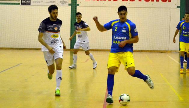 Luisma presiona a un jugador rival en el encuentro de ayer.