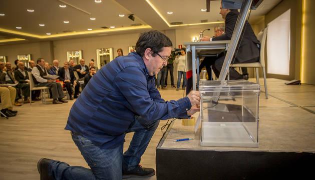 Jose Mari Iglesias, empleado del club, prepara la urna para que se puedan llevar a cabo las votaciones en la última asamblea de Osasuna celebrada en Pamplona.