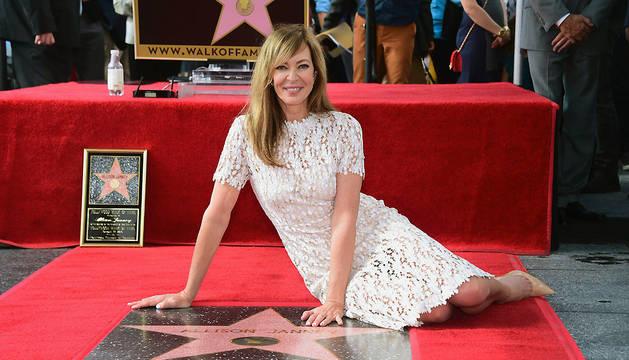 La actriz Allison Janney posa junto a su estrella.