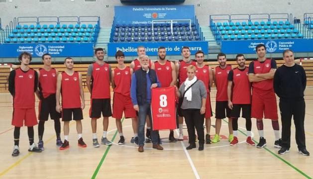 La presidenta de Atix, Izaskun Adot, junto al presidente del Basket Navarra, Javier Sobrino, y la plantilla del equipo.