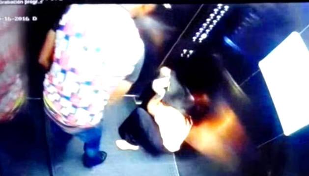 Las cámaras del ascensor captan la agresión.