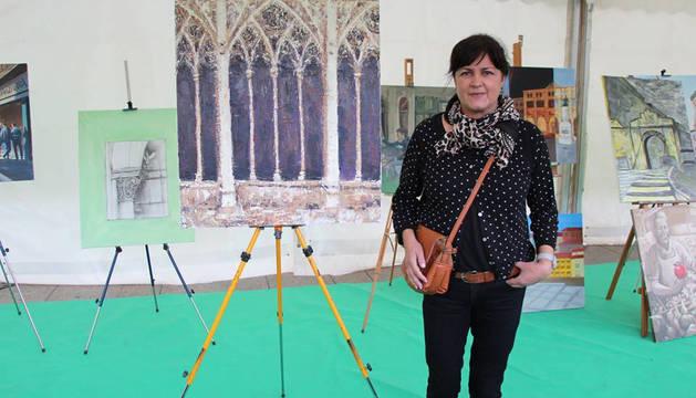Isabel Erro Cuesta, junto a la obra ganadora del claustro de la catedral.