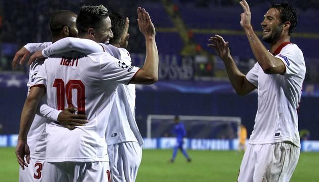 Nasri celebra con sus compañeros el gol marcado al Dinamo de Zagreb