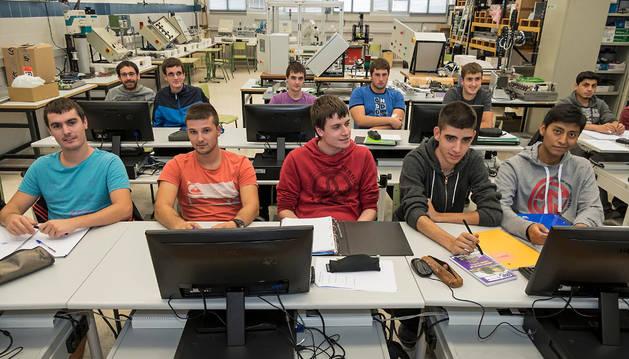 Alumnos del ciclo formativo de grado superior de Mecatrónica Industrial en una de las aulas del CI Politécnico de Estella.