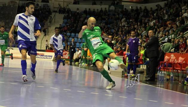 Javi Eseverri conduce el balón en presencia de un rival del Jumilla