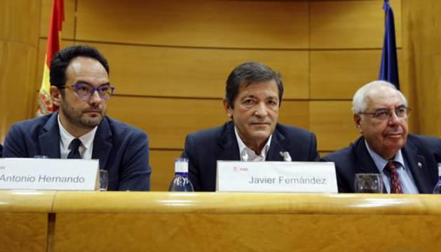 Javier Fernández, Antonio Hernando y Vicente Álvarez Areces en la reunión en el Senado.