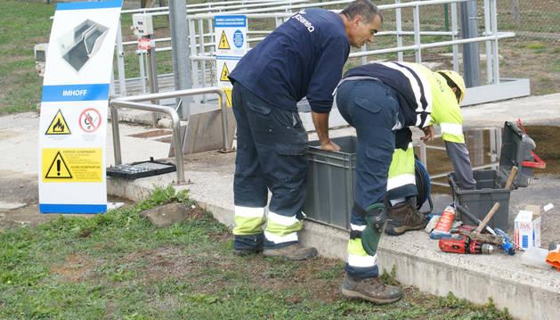 Operarios de la asociación de inclusión social Josenea, en tareas de restauración de señales.