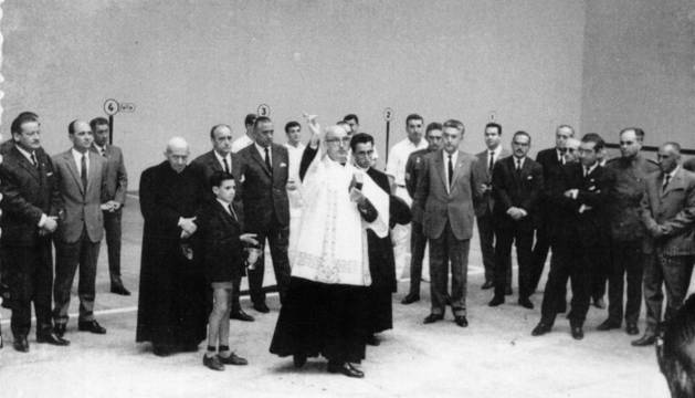 Foto del momento de la inauguración oficial del  frontón municipal Lizarra el 2 de octubre de 1966.