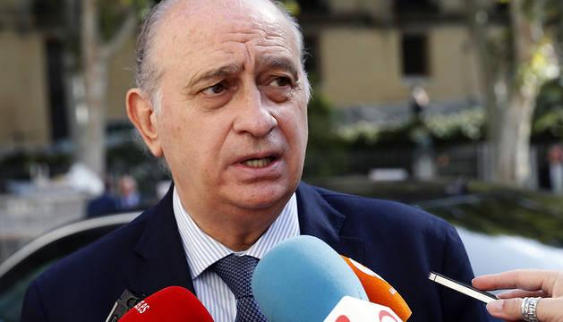 El ministro del Interior, Jorge Fernández Díaz, atiende a los medios de comunicación.