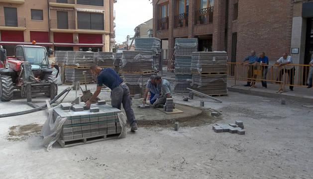 Varios operarios trabajan en las obras de peatonalización de la plaza.