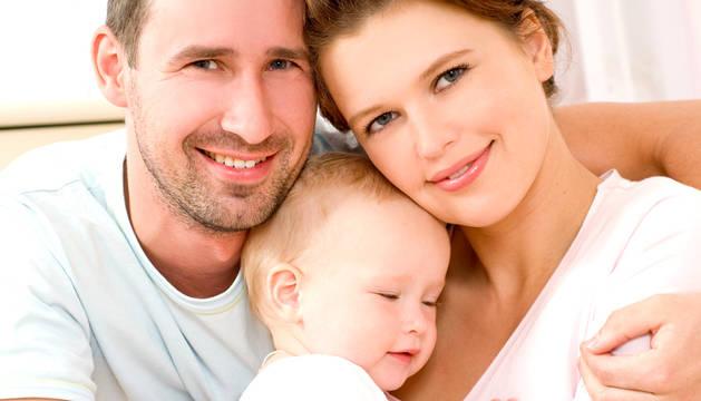 Un padre y una madre con su hijo.