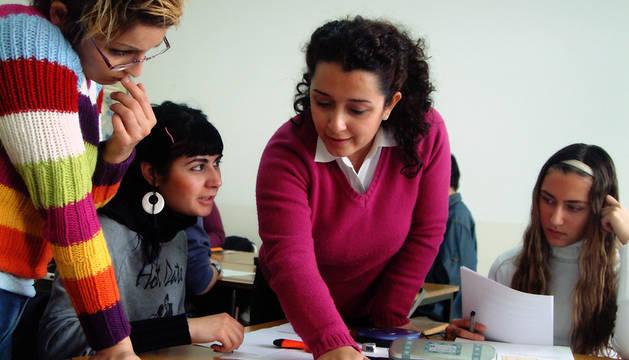 Una profesora y sus alumnos.