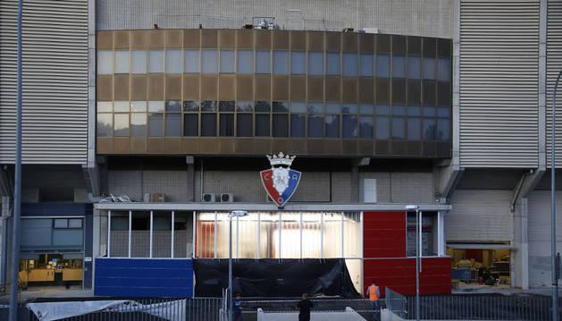 Imagen de la fachada de El Sadar a pocas horas de la inauguración de su nueva imagen