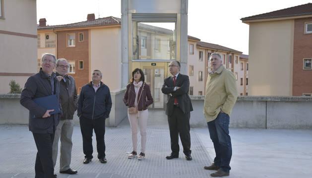 Imagen de Asiron y los miembros de la Comisión de Urbanismo en Echavacoiz