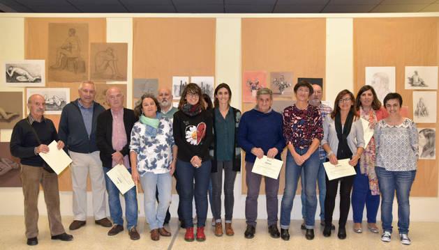 Las nueve personas reconocidas por haber terminado su formación en la escuela.