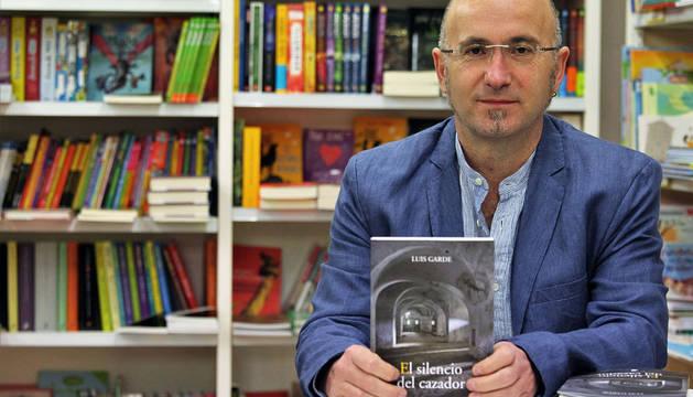 Imagen de Luis Garde presentando su novela ganadora en Auzolan
