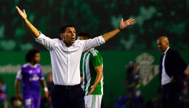 Gustavo Poyet gesticula disgustado durante el partido del Betis contra el Real Madrid