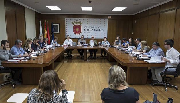 Imagen del último pleno, con los concejales de Bildu enfrente, el único grupo que no condena.
