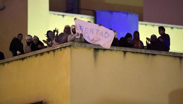 Una veintena de inmigrantes continúan amotinados en el CIE de Aluche