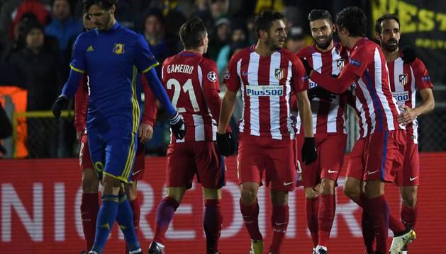 Carrasco es felicitado por sus compañeros tras marcar el gol de la victoria al Rostov