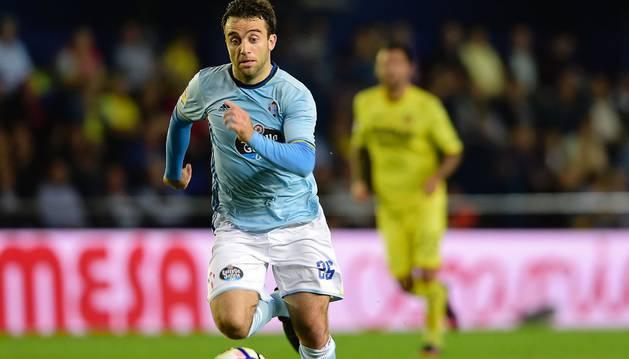 Rossi conduce el balón durante el partido de Liga ante el Villarreal