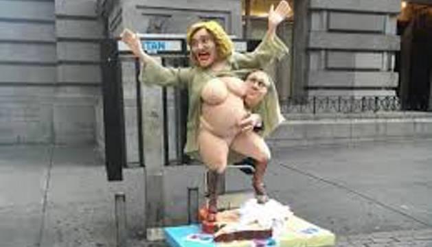 Imagen de la estatua de Hillary Clinton desnuda