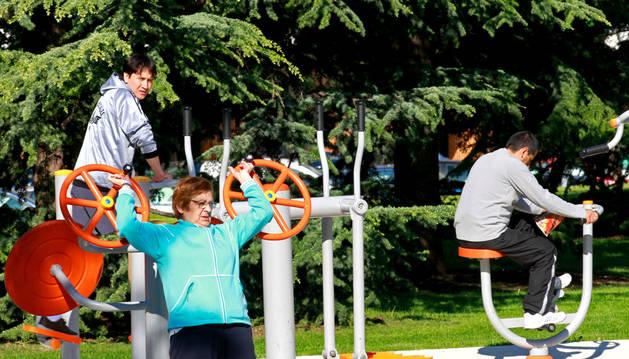 Varias personas haciendo ejercicio en los aparatos del parque Yamaguchi.