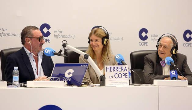 Carlos Herrera, Laura Ros e Inocencio Arias, en la retransmisión de Herrera en la Cope desde VW Navarra.