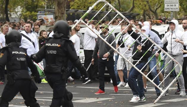 Aficionados ultras del Legia provocaron incidentes en los alrededores del Santiago Bernabéu.