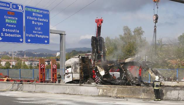 Imagen de la retirada del camión incendiado en la AP-8 en Oiartzun